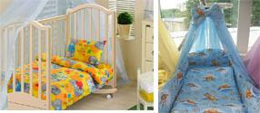 На картинке представлено Постельное белье в детскую кроватку, которое можно приобрести в магазине Антошка